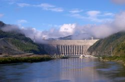 Жителям Таджикистана предложили отдать половину зарплаты на постройку ГЭС