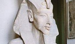 Фараона Эхнатона записали в гермафродиты