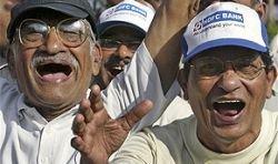 Мир хохочет просто так: индусы практикуют йогу смеха