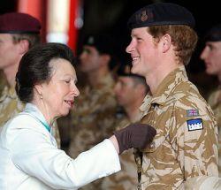 Принц Гарри награжден медалью (фото)