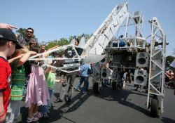 На выставке изобретений Maker Faire представили робота-жирафа (видео)
