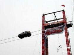 Умопомрачительный трюк на автомобиле (фото)