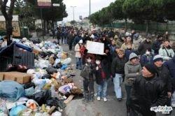 """Еврокомиссия подала на Италию в суд в связи с продолжающимся \""""мусорным кризисом\"""" в Неаполе"""