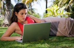 Женщины больше времени проводят в интернете и социальных сетях