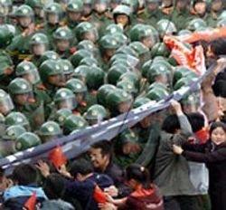 В Токио сторонники независимости Тибета вступили в схватку с полицией
