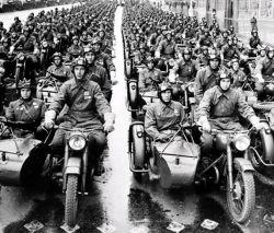 Как возникла традиция проведения военных парадов в честь Великой Победы?