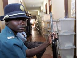 Полицейским Зимбабве приказали голосовать за Мугабе под угрозой расстрела