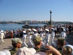 Парад российских и украинских кораблей начался в Севастополе