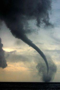 Торнадо уносит жизни американцев