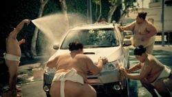 Эротическая мойка машины с борцами сумо в канадском ролике Subaru (видео)
