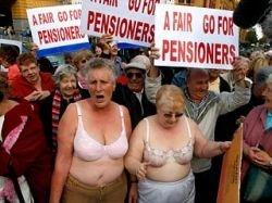 Австралийские пенсионеры разделись, требуя повышения пенсий