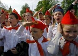 Коммунисты принимают школьников в пионеры