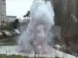 Экскаватор раздевает женщину (видео)