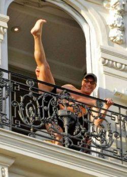 Жан-Клод Ван Дамм (Jean-Claude Van Damme) устроил на балконе «реалити-шоу» (фото)