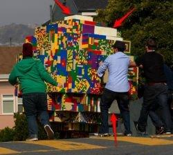 Поклонники «Индианы Джонса» прокатили по улице гигантский шар из Lego (видео)