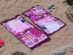 Во время отдыха туристов больше всего раздражают небрежно брошенные на пляже полотенца