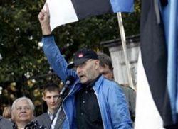 Эстонский националист снес два советских памятника в Таллине