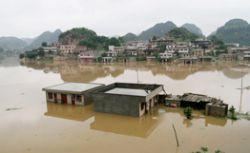 В Китае сильные паводки отрезали от внешнего мира тысячи человек
