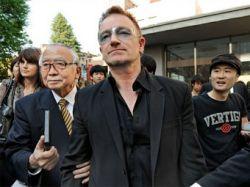 Лидер U2 получил ученую степень японского университета