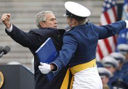 Джордж Буш (George Bush) вручил дипломы выпускникам академии ВВС США