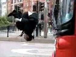 Акробаты развлекли публику на автобусной остановке в Лондоне