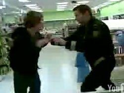 Исландский полицейский избил подростка за кражу в магазине