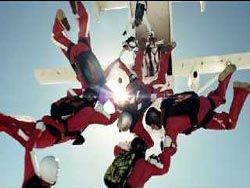 Команда парашютистов совершила прыжок для рекламы Honda