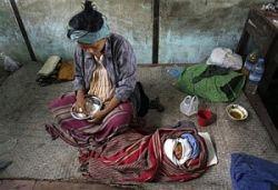 Власти Мьянмы заставляют пострадавших от урагана покидать приюты