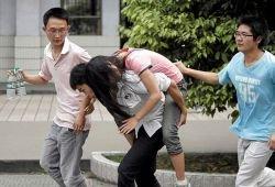 В Китае после землетрясения резко возрос спрос на сирот