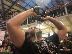 Флэшмоб, организованный в лондонской подземке перерос в пьяный дебош