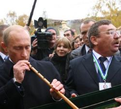Премьер Путин по-прежнему играет президентскую роль