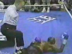 Боксер продолжает боксировать даже в глубоком нокауте