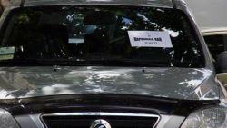 """На неверно припаркованные авто в Киеве клеят надпись \""""Я паркуюсь как идиот!\"""""""