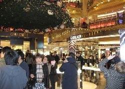 Китайцы скупают одежду в модных магазинах Парижа