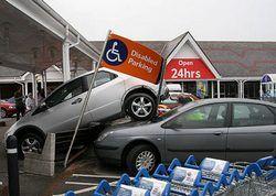 Британец припарковал свой Honda Civic на крыше другого автомобиля