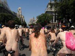 Акция велонудистов в Париже провалилась из-за погоды и полиции