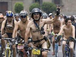 Британские дороги заполнили голые велосипедисты