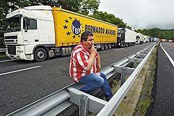 Испанские дальнобойщики требуют снизить цены на топливо