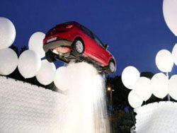 Фонтан в Риме удерживает автомобиль