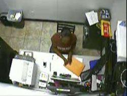 Посетитель оружейного магазина чуть не застрелил продавщицу