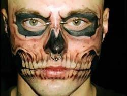 Человек, татуированный под череп