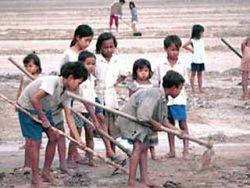 В мире эксплуатируется труд 165 млн маленьких детей
