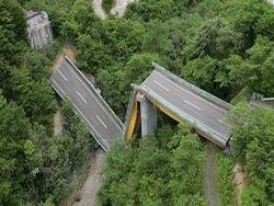 Обрушение дороги из-за землетрясения в Японии