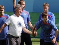 Перед матчем со шведами Гуус Хиддинк разрешил футболистам повидать жен