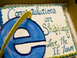 Разработчики IE презентовали команде Firefox торт
