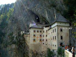Замок в полости обрыва высотой 123 метра