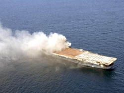 Взрыв старого авианосца USS Oriskanо