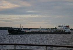 В Керченском проливе из затонувшего танкера вытекают нефтепродукты