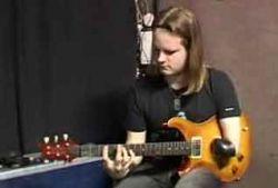 В финал конкурса гитаристов вышел однорукий музыкант