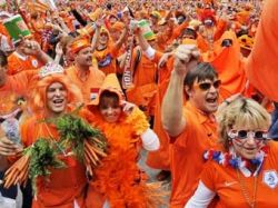 Железнодорожники Швейцарии сменят жилеты из-за голландских фанатов